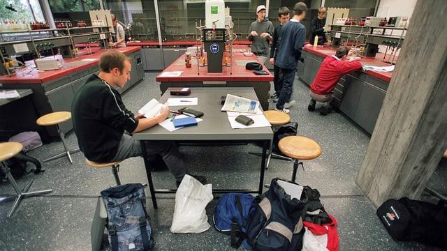 Gymnasiasten einer Zürcher Kantonsschule im Labor. Bei den Mittelschulen soll am meisten gespart werden.