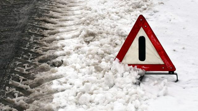 Warndreieck im Schnee.