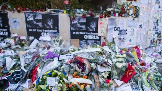 bleras fluras e cartas da condolenza avant la redacziun Charlie Hebdo