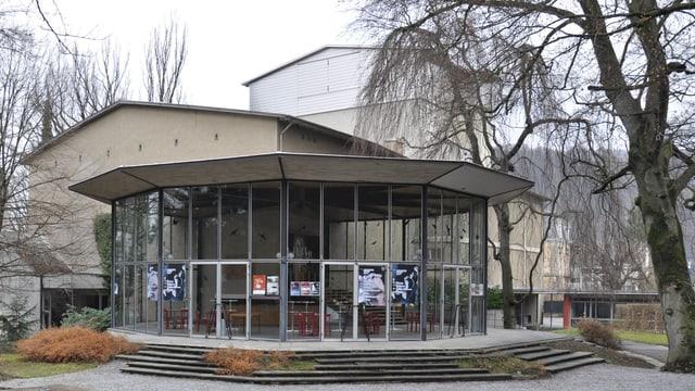 Ein runder Pavillon aus Glas.