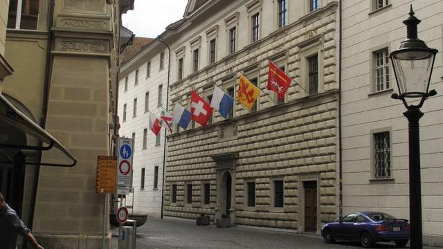 Luzerner Regierungsgebäude mit Flaggen