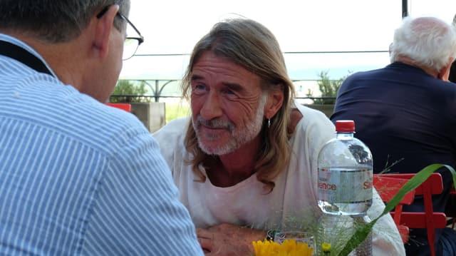 Ralph Wicki im Gespräch mit einem Hörer.