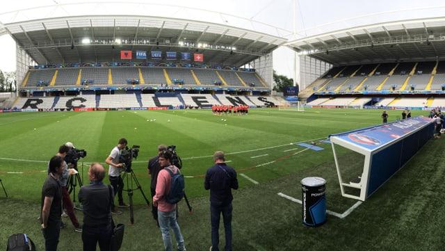 Die Kameraleute richten sich im Stadion von Lens ein.