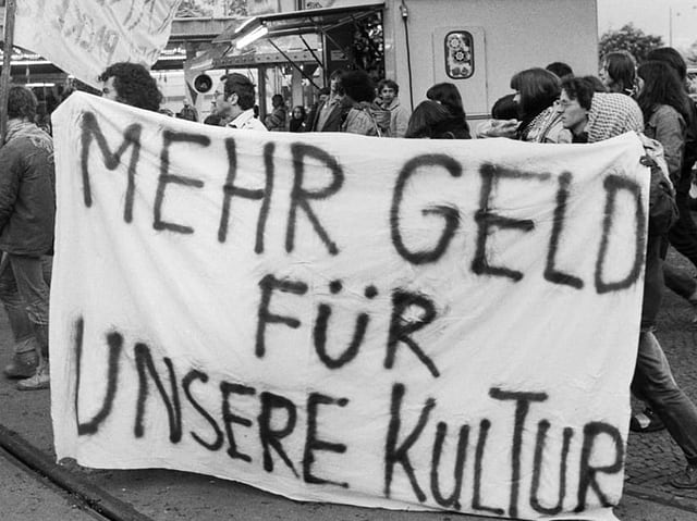 Jugendliche fordern auf einem Transparent «Mehr Geld für unsere Kultur»
