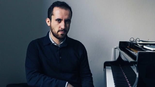 Ein Porträt von Pianist Igor Levit. Er sitzt am Klavier.
