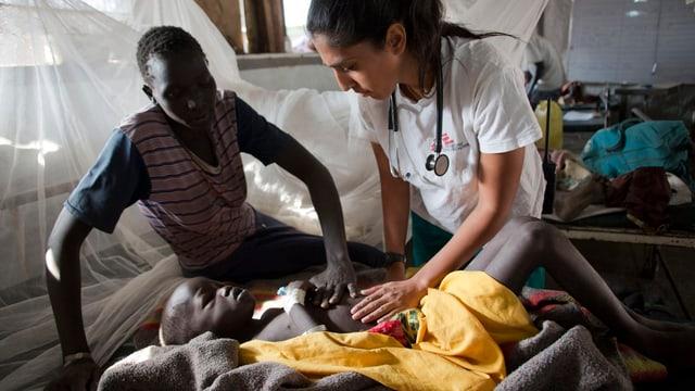 Eine Ärztin untersucht ein Kind.