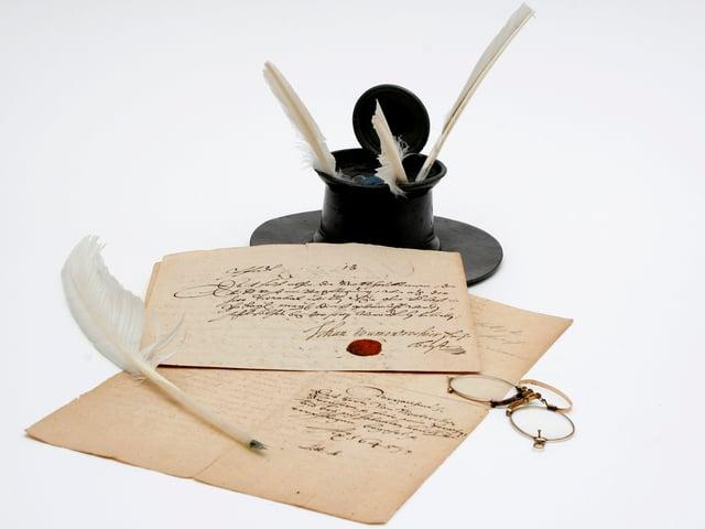 Gänsekiel und Handschriften.