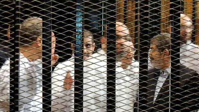 Mursi und andere Männer hinter Gittern