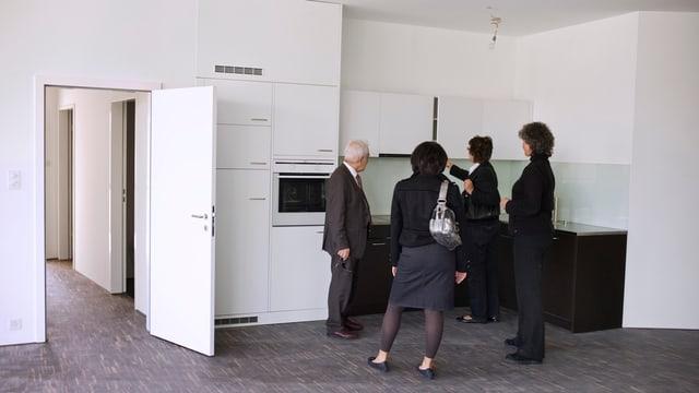Menschen in einer leeren Küche