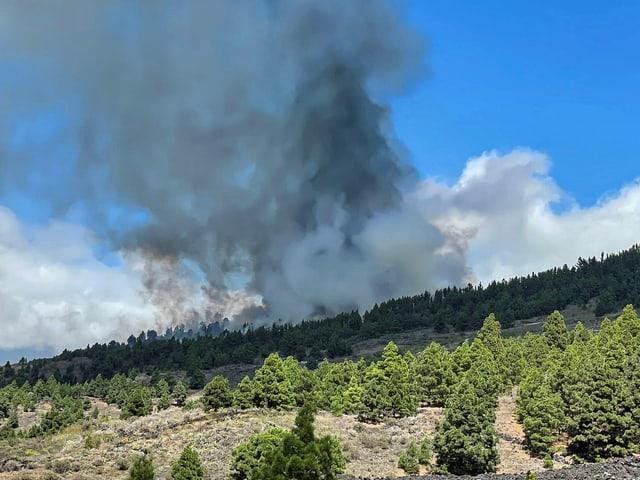 Nach den Explosionen begann der Vulkan grosse Mengen braunen und weissen Rauchs sowie Gesteinsbrocken und glühende Lava in die Luft zu schleudern.