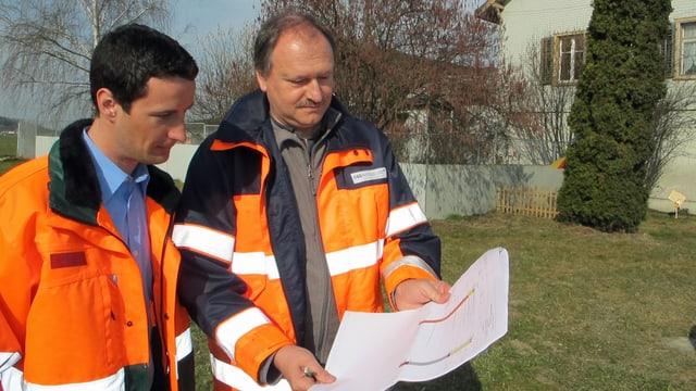 André Bucher und Alfred Zaugg studieren Dokumente.
