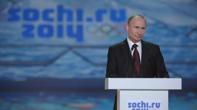 Russlands Präsident Putin steht an einem Rednerpult.