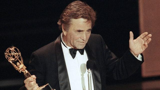 Peter Falk hält seinen vierten Emmy-Award in der Hand und spricht zum Publikum.