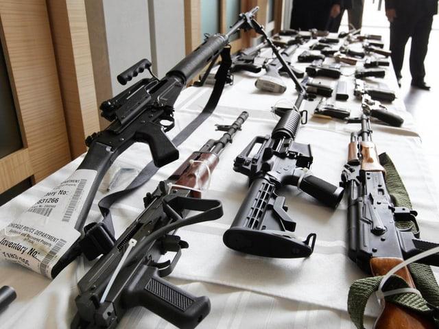 Verschiedene Waffen sind im Chicago FBI Büro ausgestellt.