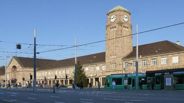 Strasse und Tramschienen vor dem Badischen Bahnhof in Basel.