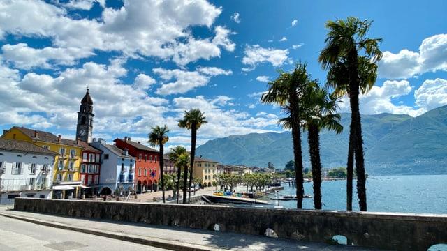 Blick auf Ascona und den Lago Maggiore bei leicht bewölktem Himmel.