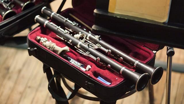 Teile einer Klarinette in einem mit Samt ausgelegten Koffer.