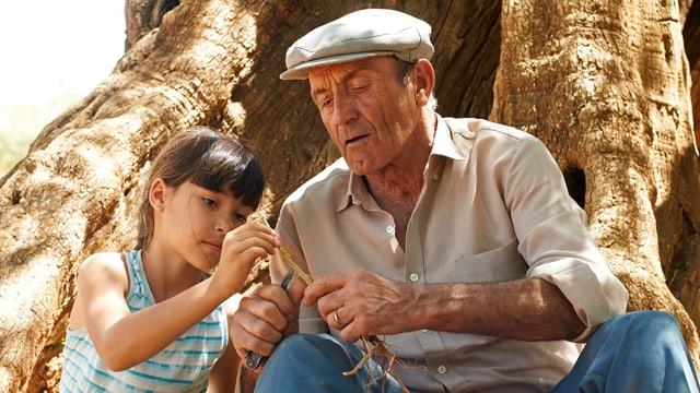 Alma und ihr Grossvater vor dem Olivenbaum.