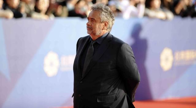 Luc Besson schreitet über den Roten Teppich