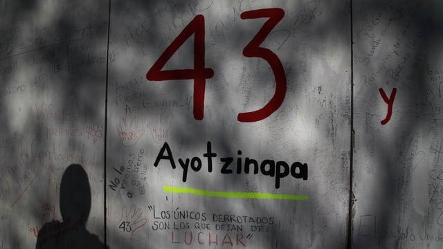 Eine Betonmauer, auf der die Zahl 43 steht.