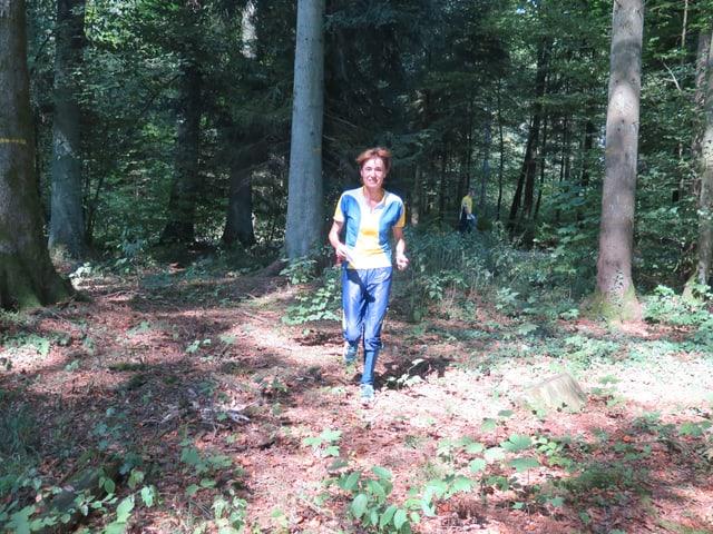 Ruth Humbel rennt im Wald