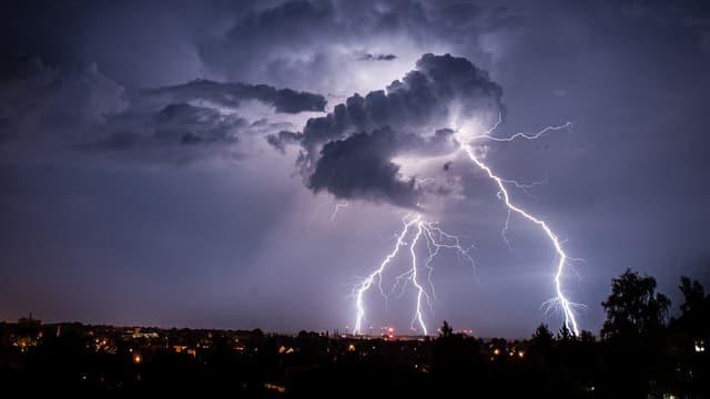 Blitze während eines Gewitters.
