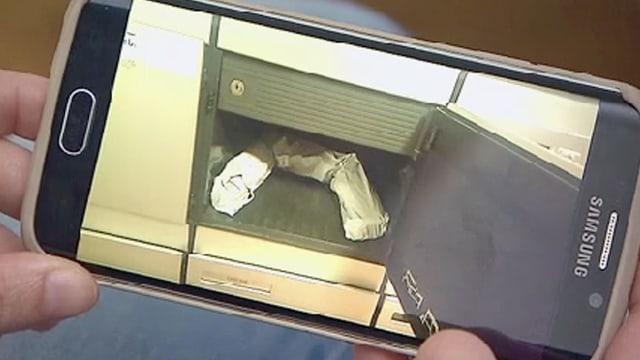 Foto eines geknickten Pakets im Briefkasten.
