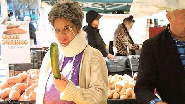Frau am Markt mit Gurke