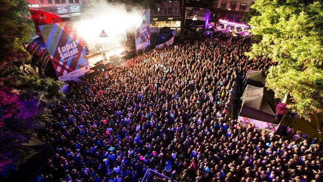 Luftaufnahme der Place Centrale mit der Hauptbühne, vor der eine grosse Menschenmenge steht