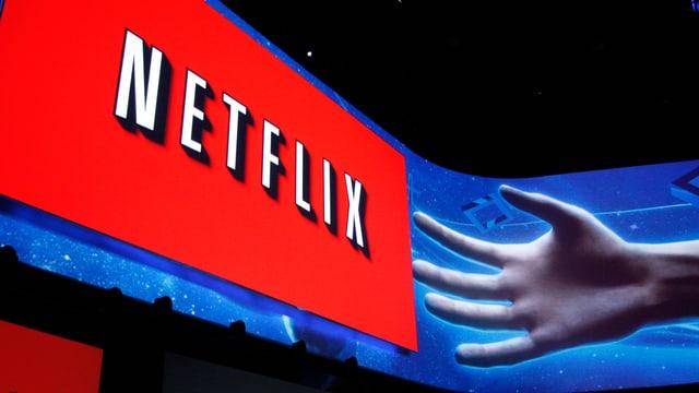 Das Logo von Netflix projeziert auf einer Bühne einer Präsentation.