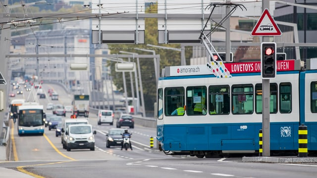 Tram quert Fahrbahn