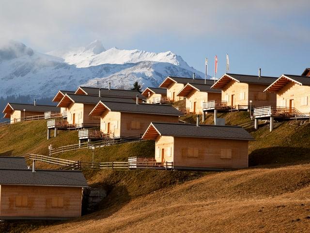 Holzhäuser auf einem Berg.