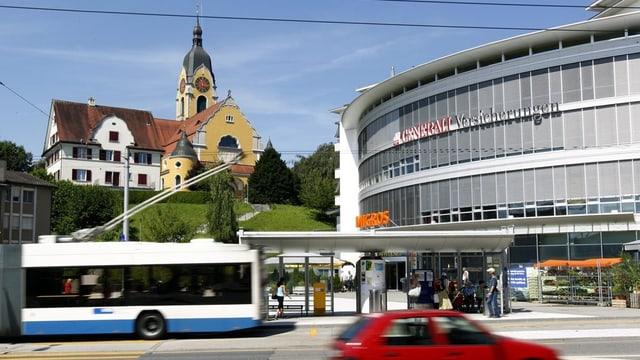 Bus und Autos an einer Bushaltestelle im luzernischen Emmen.