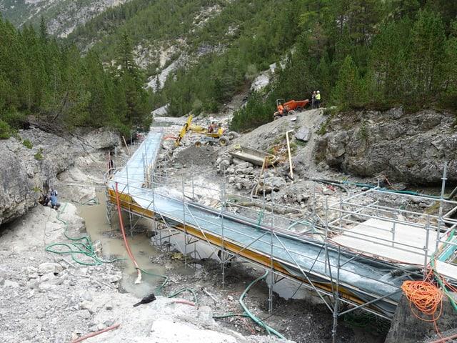 Für die Baustelle unterhalb der Staumauer des Lago di Livigno wurde das Bachbett in den letzten Wochen trockengelegt. Das Wasser wird über einen 60 Meter langen Holzkanal umgeleitet.