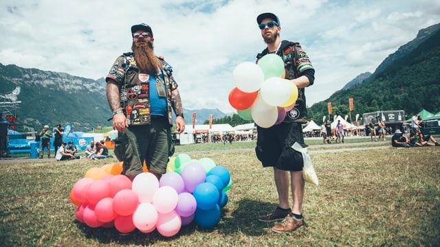 Die Superpass-Gewinner Martin und Lukas mit ihren Luftballonen.