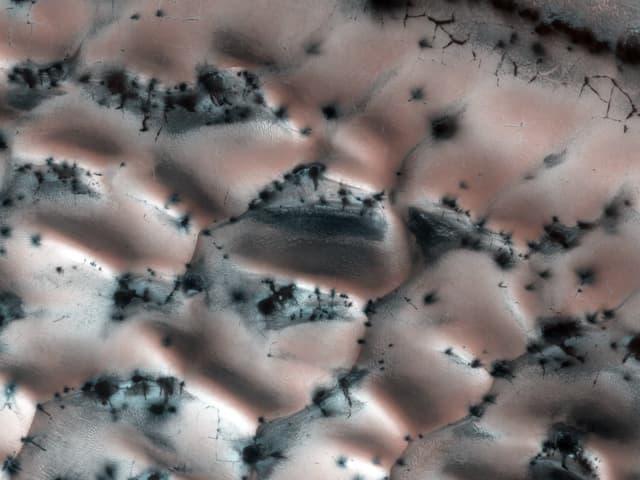Eine rätselhafte Aufnahme, die geologische Strukturen nahe des Lomonosov-Kraters zeigt.