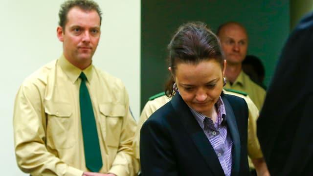 Beate Zschäpe wird von Polizisten in den Gerichtssaal geführt.