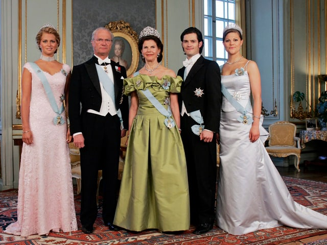 könig gustaf und königin silvia mit ihren drei Kindern.