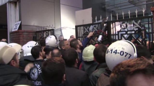 Polizei stürmt Gebäude mit Kettensägen.