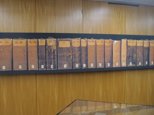 Ein Bild von zwanzig Büchern hängt an der Wand.