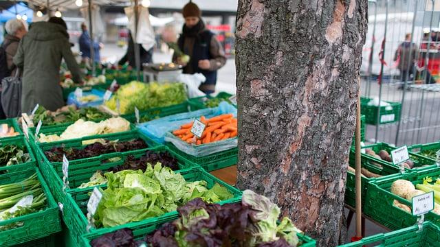 Ein Marktstand mit frischem Gemüse.