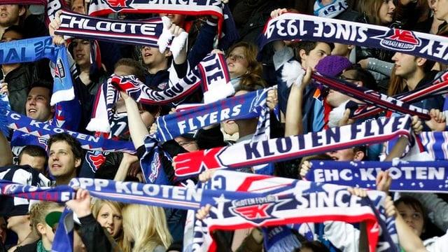 Viele Kloten Flyers Fans mit verschiedenen Fan-Schals