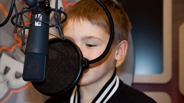 Bub am Mikrofon im Zambo Radiostudio