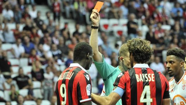 Die gelb-rote Karte gegen Balotelli.