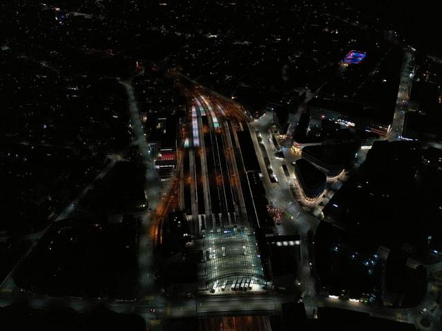 La staziun da Cuira cun la nova illuminaziun.