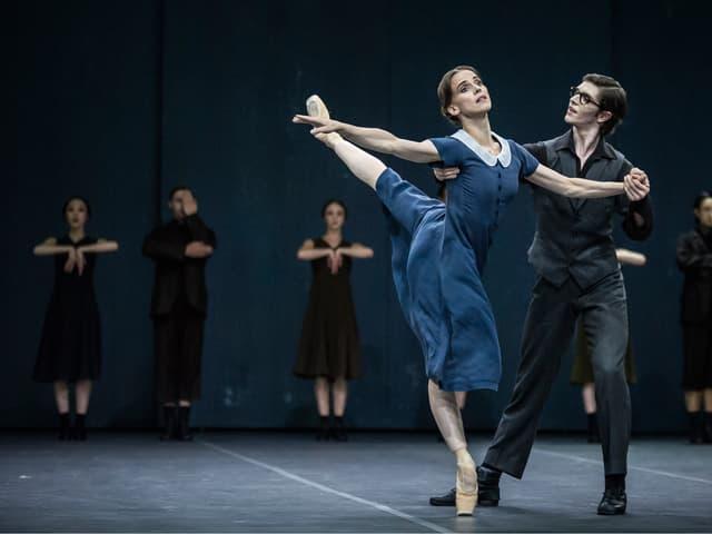 Ein Tänzer und eine Tänzerin.