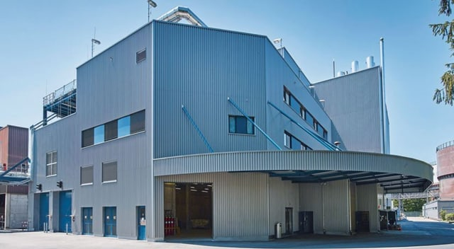 Die graue Fassade der Anlage Werdhölzli in Zürich.