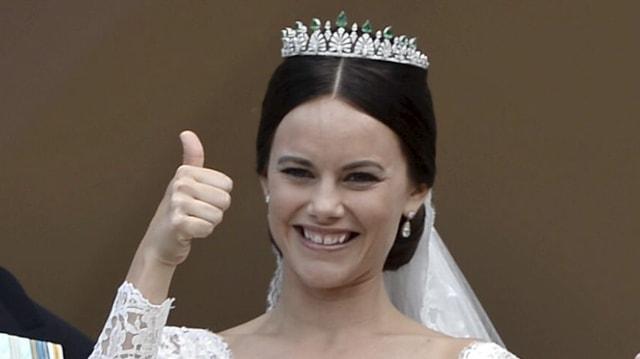 Prinzessin Sofia im Hochzeitskleid hält Daumen hoch und lächelt.
