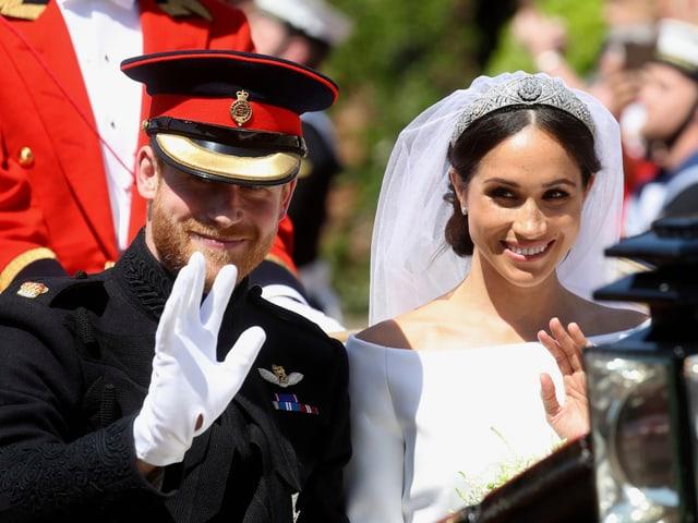Prizi Harry e Meghan Markle durant la tura cun la charrotscha suenter la ceremonia en chaplutta.
