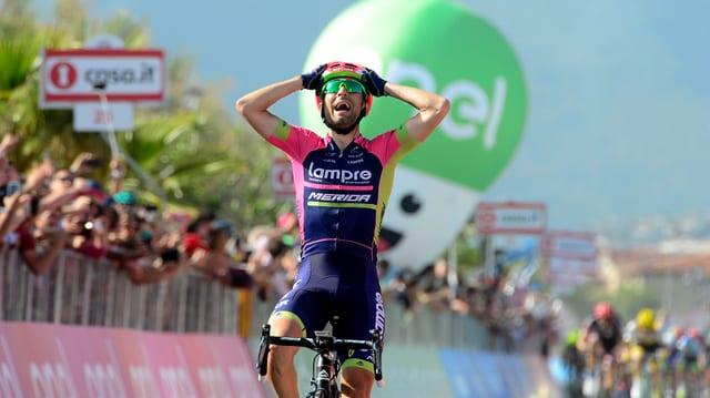 Diego Ulissi freut sich über seinen Sieg.